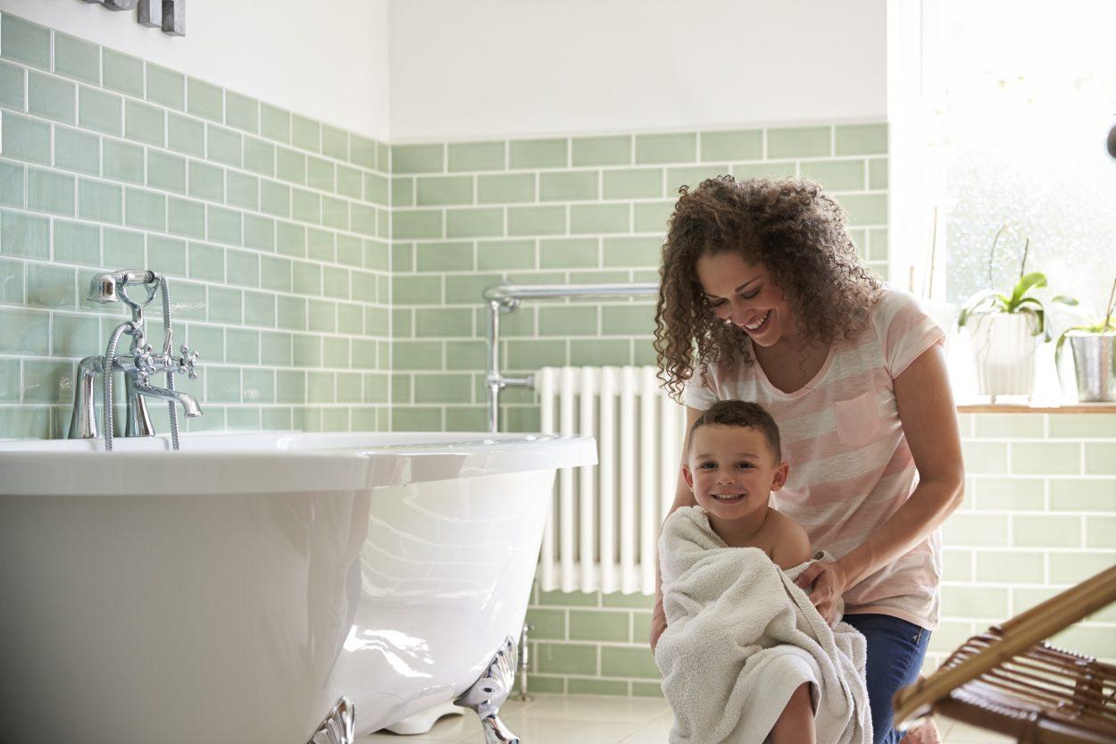 Barn, der bliver tørret med håndklæde efter bad.